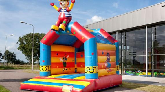 Hüpfen und Rutschen - Clown